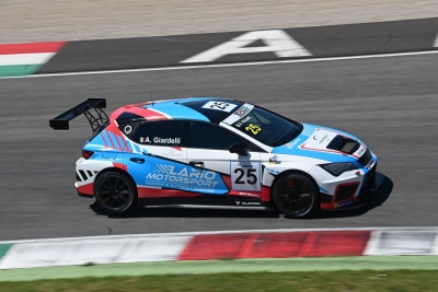 Alessandro Giardelli: victory on his debut in TCR Italy